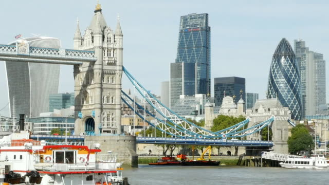 london tower bridge und die stadt cinemagramm - ausflugsboot stock-videos und b-roll-filmmaterial