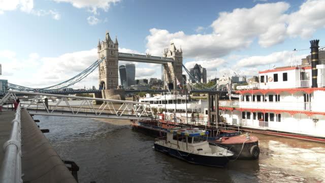 London Tower Bridge und die Skyline der Stadt