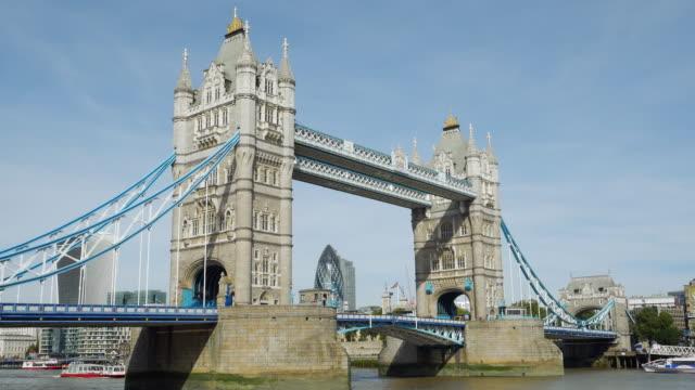london tower bridge und die stadt (uhd - tower bridge stock-videos und b-roll-filmmaterial