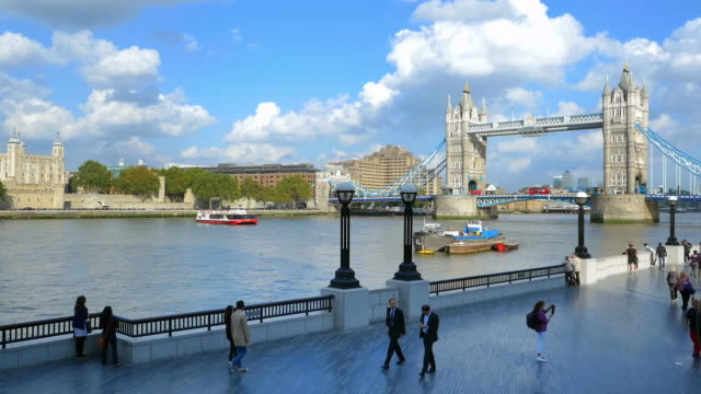 london tower bridge and the queen's walk cinemagraph - tower bridge stock-videos und b-roll-filmmaterial