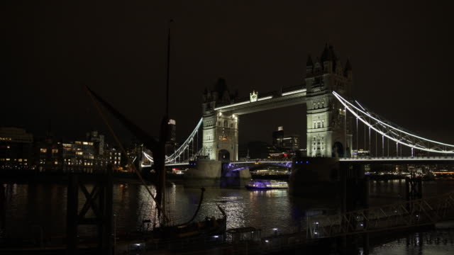 london tower bridge at night - tower bridge stock videos & royalty-free footage