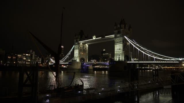 london tower bridge at night - tower bridge stock videos & royalty-free footage