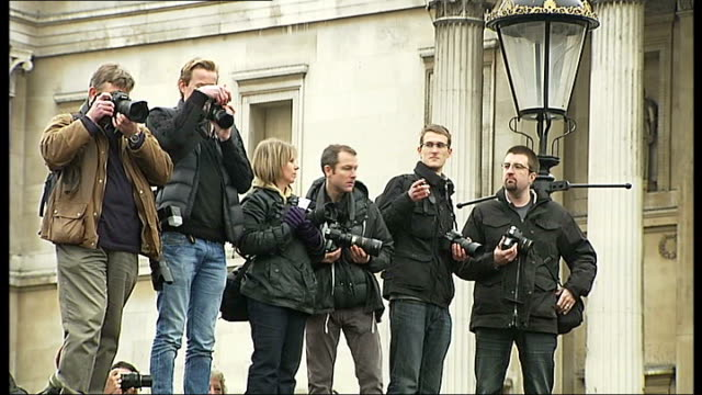 vídeos de stock, filmes e b-roll de london trafalgar square photography * * various of crowd of stills and film photographers taking photographs photographer holding up placard reading... - stop placa em inglês
