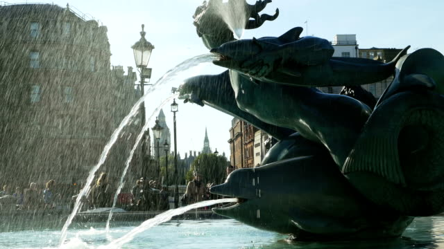 londra trafalgar square fountain e il big ben (4 k ultra hd/hd) - cetaceo video stock e b–roll