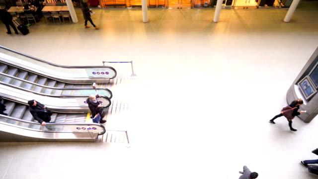 london zug u-bahn-station, die passagiere in der hauptverkehrszeit, england, großbritannien - bahnreisender stock-videos und b-roll-filmmaterial