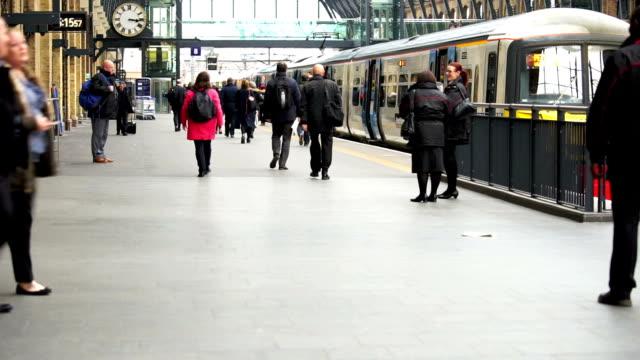 london zug u-bahn-station, die passagiere in der hauptverkehrszeit, england, großbritannien - bahnsteig stock-videos und b-roll-filmmaterial