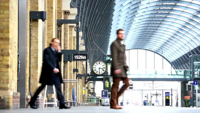stockvideo's en b-roll-footage met london tube treinstation, passagiers in spitsuur, engeland, verenigd koninkrijk - station london king's cross