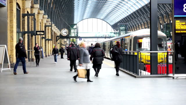 stockvideo's en b-roll-footage met london tube treinstation, passagiers in spitsuur, engeland, verenigd koninkrijk - perron