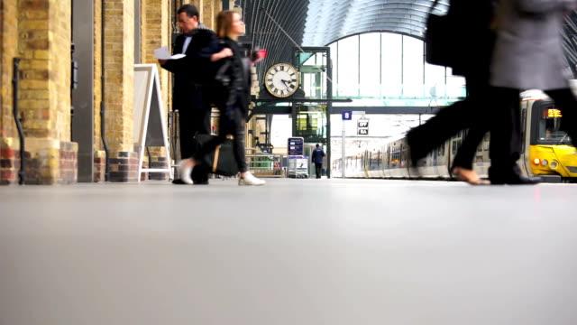 london zug der u-bahn-station, passagiere in der hauptverkehrszeit, england, großbritannien - u bahnstation stock-videos und b-roll-filmmaterial
