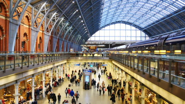 stockvideo's en b-roll-footage met 4k trein buis metrostation, passagiers in spitsuur, engeland, verenigd koninkrijk - station london king's cross