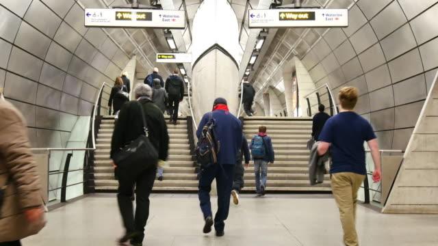 london zug der u-bahn-station, passagiere in der hauptverkehrszeit, england, großbritannien - bahnreisender stock-videos und b-roll-filmmaterial