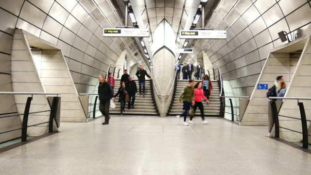 stockvideo's en b-roll-footage met trein buis metrostation, passagiers in spitsuur, engeland, verenigd koninkrijk - station london king's cross