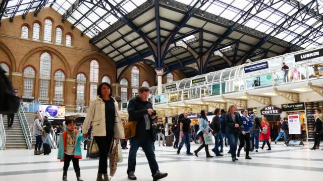 4k rohr unterirdischen bahnhof london, passagiere in rush hour, england, uk - bahnreisender stock-videos und b-roll-filmmaterial