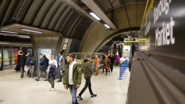 4k rohr unterirdischen bahnhof london, passagiere in rush hour, england, uk - u bahnstation stock-videos und b-roll-filmmaterial
