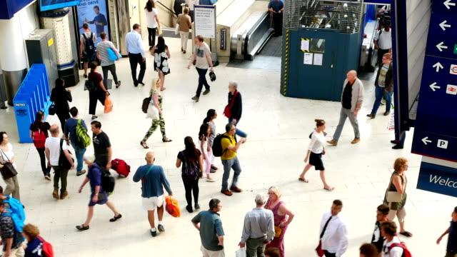 Trein buis metrostation, passagiers in spitsuur, Engeland, Verenigd Koninkrijk