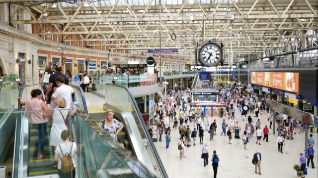 vidéos et rushes de 4k train tube station de métro londonienne, passagers en heure de pointe, england, uk - plateforme