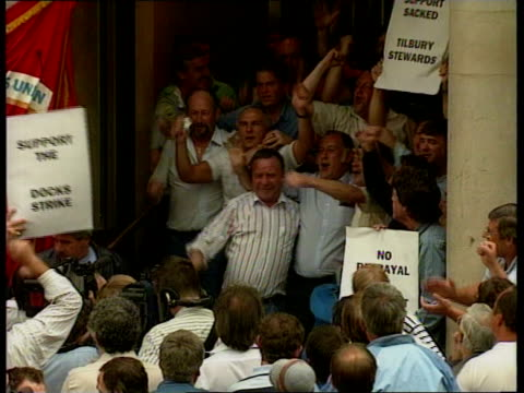 transport house few dockers outside f'back friday as mass dockers outside todd speaking to them dockers singing f'back southampton pickets as lorry... - dockarbeiter stock-videos und b-roll-filmmaterial