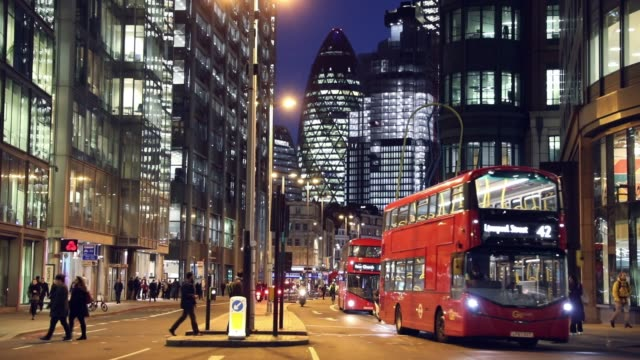 london typischer roter bus bei nacht in der city - london stock-videos und b-roll-filmmaterial