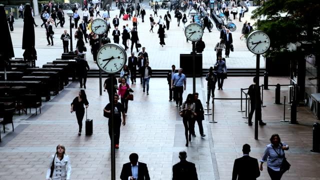 vídeos de stock, filmes e b-roll de london uk canary wharf city commuters clocks people business - inglaterra