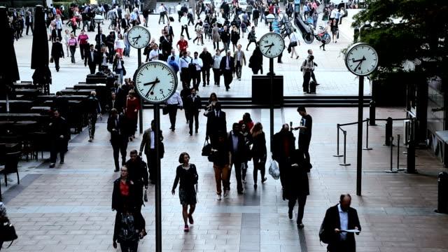 vídeos de stock, filmes e b-roll de london uk canary wharf city commuters clocks people tl - inglaterra