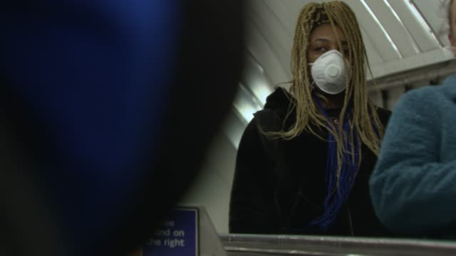 members of the public wear face masks on the london underground at coronavirus in london on march 16, 2020 in london, england. - ロンドン地下鉄点の映像素材/bロール