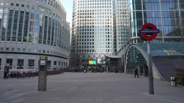 an nearly empty canary wharf at cultural closures - the coronavirus pandemic on march 24, 2020 in london, england. - docks stock videos & royalty-free footage