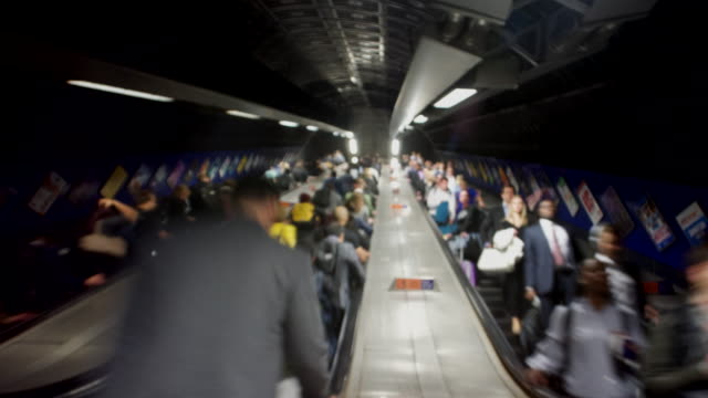 vídeos de stock, filmes e b-roll de london underground escalator crowd of commuters time lapse blurred - hora do rush
