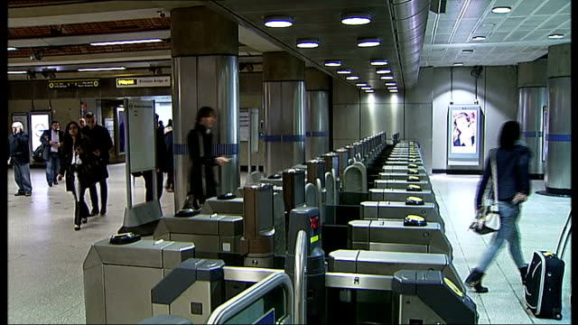 london underground strike goes ahead: gvs commuters; more passengers using ticket barriers / close shots oyster cards being used by people at station... - passenger 個影片檔及 b 捲影像