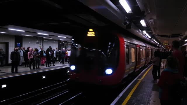 vídeos de stock, filmes e b-roll de london underground train arriving at the station - estação