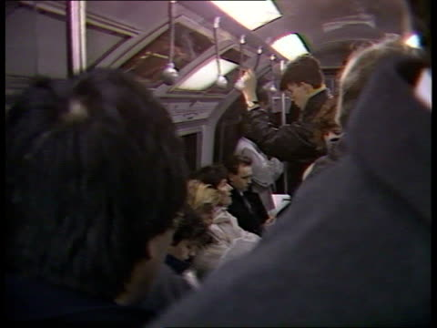 vídeos de stock, filmes e b-roll de london underground/railway strike prospect **** for f'backs tube into platform as commuters wait commuters in train people on off tube green park as... - parque green