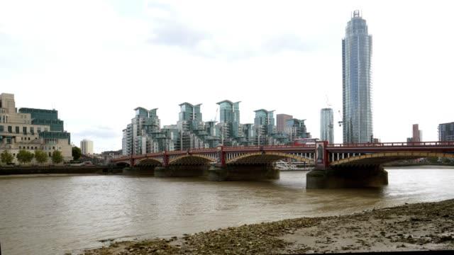 london vauxhall st georg wharf mit st. george wharf tower - mi6 stock-videos und b-roll-filmmaterial