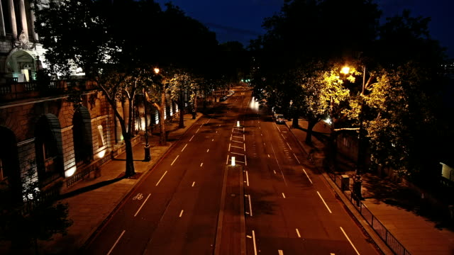 stockvideo's en b-roll-footage met london victoria embankment road night timelapse - boulevard