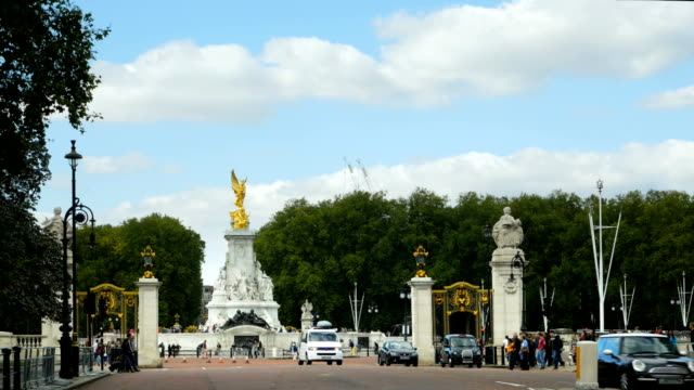 london victoria monument at the end of the mall - queen royal person stock videos & royalty-free footage