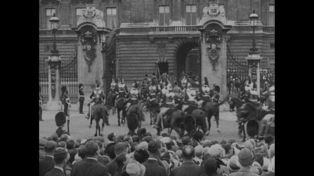[london] vs 1902 state landau bearing king fuad of egypt and george v rolls down london street and through buckingham palace gates followed by blues... - famiglia reale video stock e b–roll