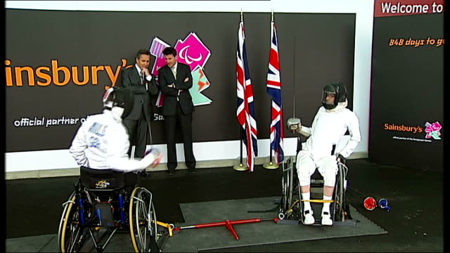 vídeos y material grabado en eventos de stock de walthamstow: int close views of fencers' masks general view of paralympian fencers vivien mills and michael parson fencing as watched by seb coe and... - en guardia