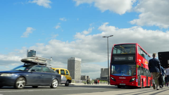 london waterloo bridge traffic - doppeldeckerbus stock-videos und b-roll-filmmaterial