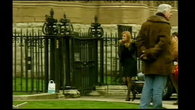 stockvideo's en b-roll-footage met london westminster abbey ext sarah walking along ot meet cast and crew of tv show 'friends' during filming outside westminster abbey - ensemble lid