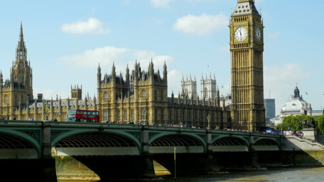 t/l london westminster bridge and big ben at midday (4k/uhd to hd) - midday stock videos and b-roll footage