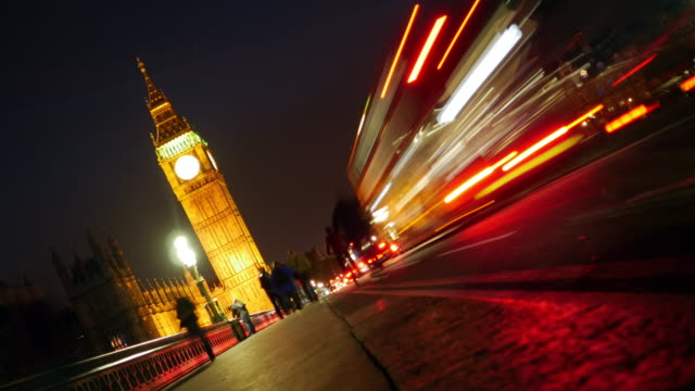 vídeos de stock e filmes b-roll de london westminster bridge and big ben at night - big ben