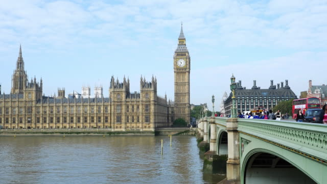 big ben und london westminster bridge - doppeldeckerbus stock-videos und b-roll-filmmaterial