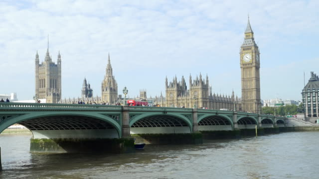 big ben und london westminster bridge - westminster bridge stock-videos und b-roll-filmmaterial