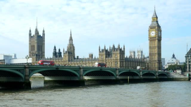 london, westminster bridge und big ben (4 k uhd zu/hd) - britisches parlament stock-videos und b-roll-filmmaterial