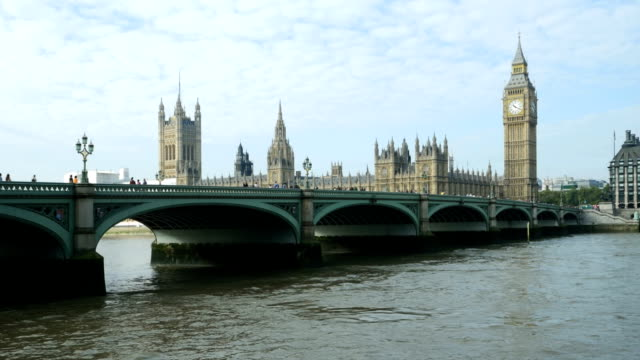 london, westminster bridge und big ben (4 k uhd zu/hd) - westminster bridge stock-videos und b-roll-filmmaterial