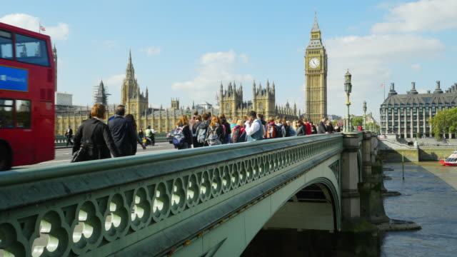 london, westminster bridge und big ben (uhd - doppeldeckerbus stock-videos und b-roll-filmmaterial