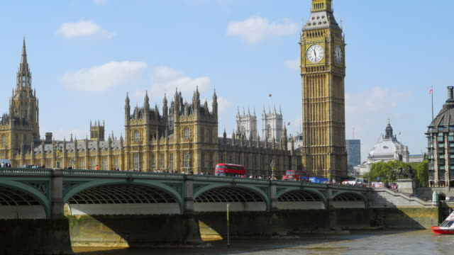 londra ponte di westminster e il big ben (uhd - autobus a due piani video stock e b–roll