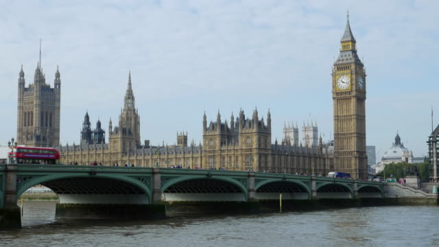 london-westminster bridge und houses of parliament - westminster bridge stock-videos und b-roll-filmmaterial