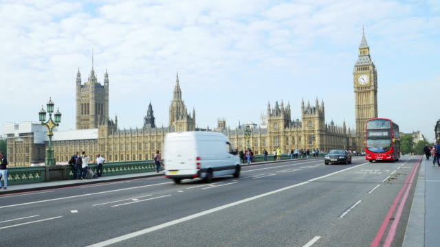 vídeos de stock e filmes b-roll de london westminster bridge and houses of parliament - big ben