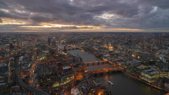 London Westminster skyline och Themsen i skymningen, 4k time-lapse