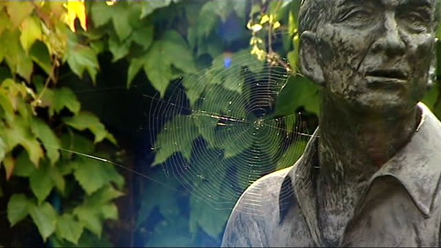 wimbledon: all england tennis club: ext spider's cobweb on bronze statue of fred perry names of tennis players on board for 2009 championships tennis... - racquet stock videos & royalty-free footage