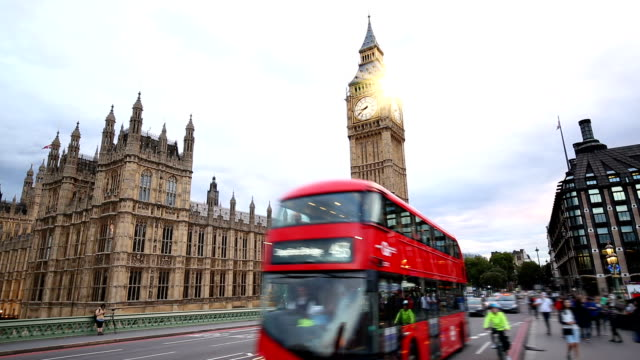 london with big ben and westminster bridge - autobus a due piani video stock e b–roll